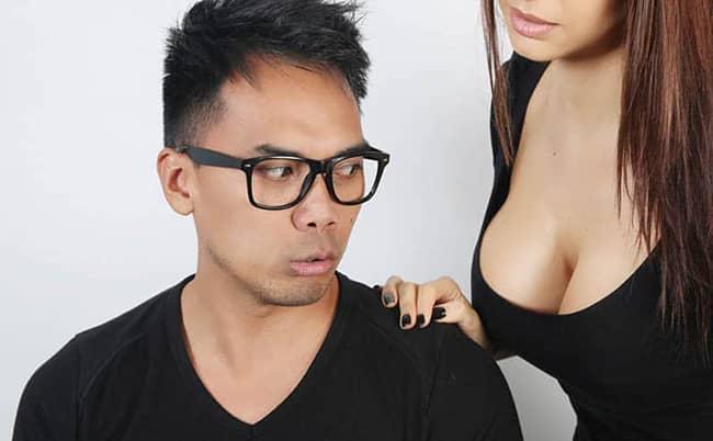 Zírání mužů na ženská velká poprsí